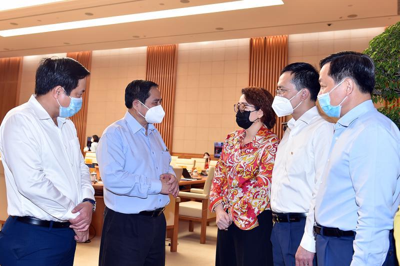 Thủ tướng Phạm Minh Chính trao đổi với đại diện doanh nghiệp tại Hội nghị Thủ tướng Chính phủ với doanh nghiệp diễn ra ngày 8/8/2021.